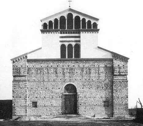 Anno 1954: l'erigenda chiesa di Lugagnano prende sempre più forma.