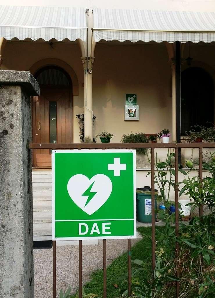 Il defibrillatore installato presso la parrocchia di Lugagnano