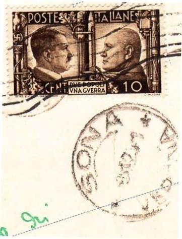 Francobollo e timbro postale d'epoca su una lettera conservata in archivio a Sona. In alto foto storica del municipio di Sona