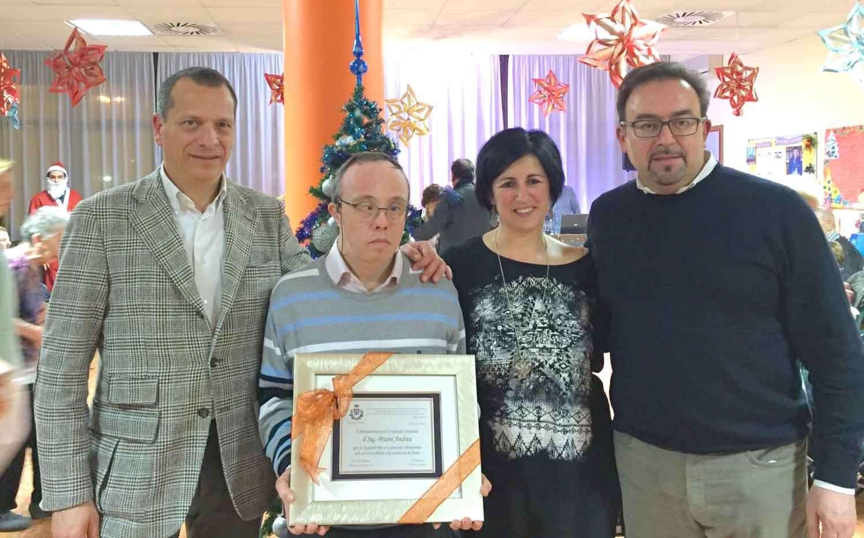 Andrea Pisani premiato dall'Amministrazione Comunale. Sopra, un momento degli auguri natalizi