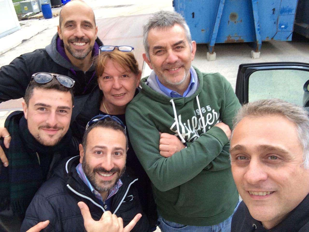 Monica a Fonte del Campo con alcuni volontari arrivati da Lugagnano.