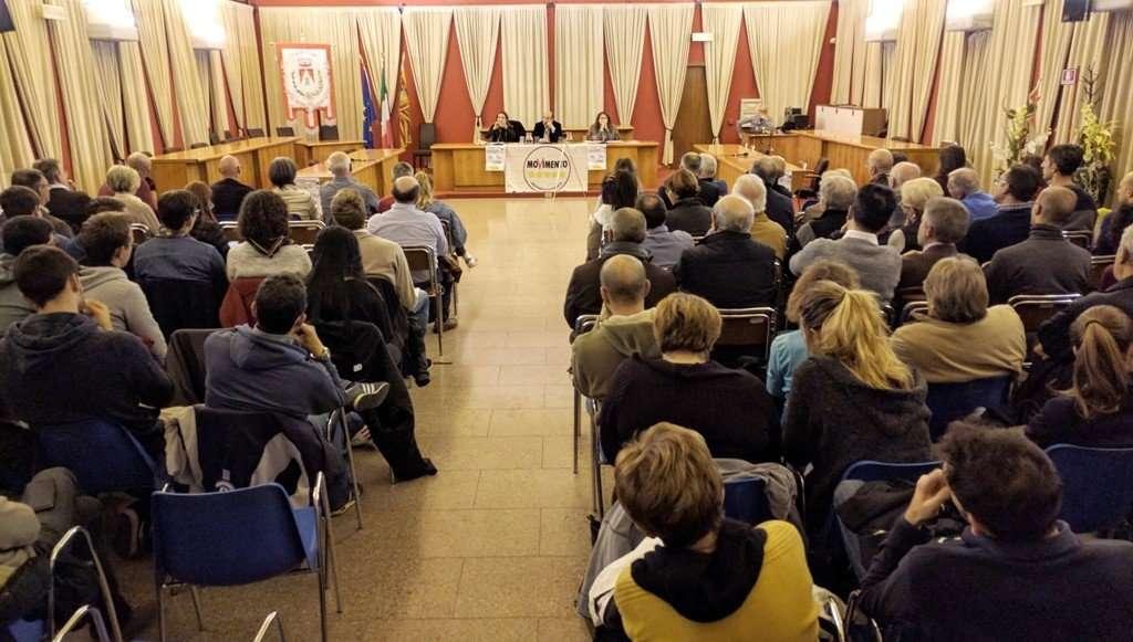 La sala gremita per il dibattito sul referendum. Sopra Businarolo (a sinistra) e Rotta.